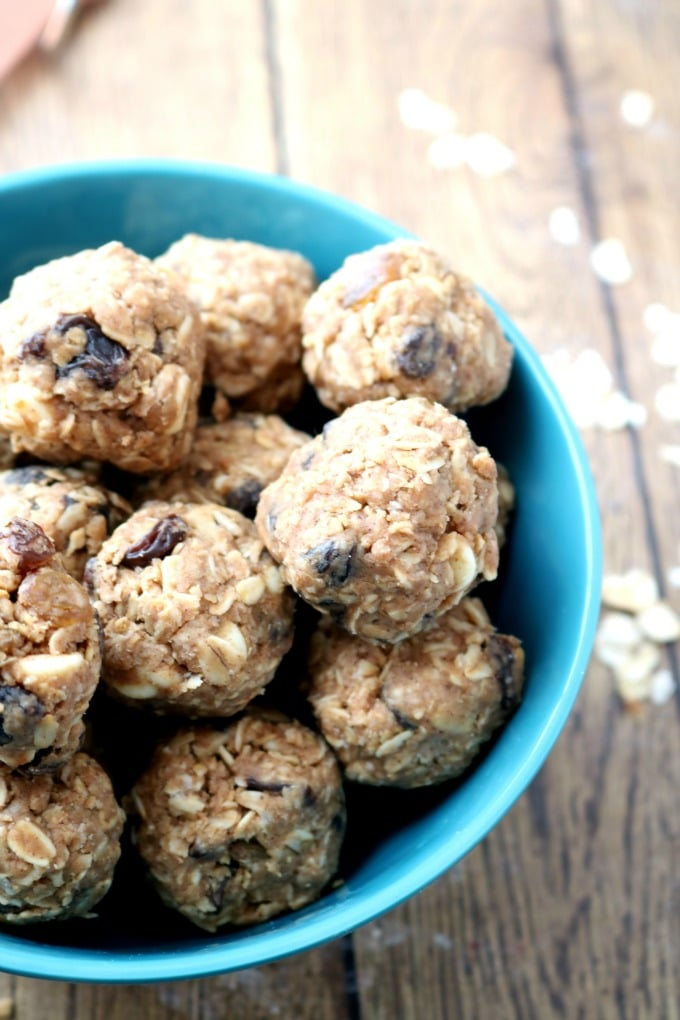 Keep your kids happy and fueled with energy at their next sporting event with these Healthy No bake Oatmeal Energy Bites. They are sweet, chewy & filling